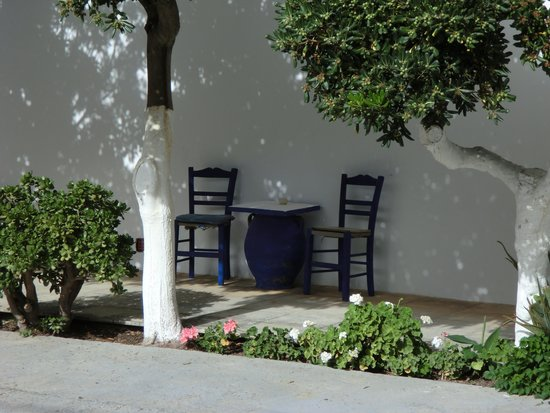 Pardalakis Studios: table for two