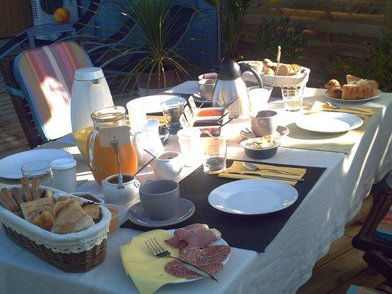 petit déjeuner au bord de la piscine - picture of chambres d'hotes