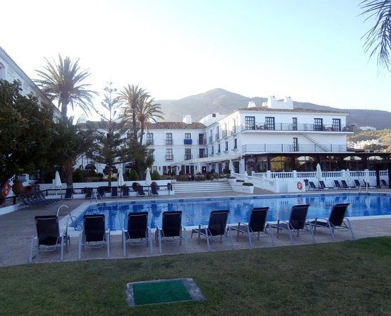 Hacienda Puerta del Sol: Looking towards the back pool area from lawn.