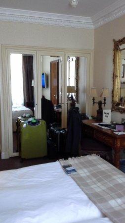 Ashburn Hotel : Closet area.