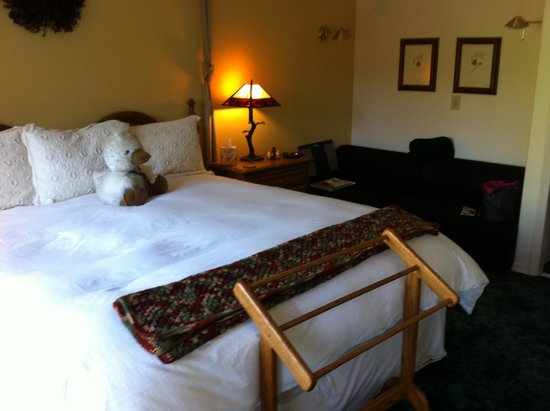 Lobenhaus Bed & Breakfast & Vineyard: King bed in Maple Room