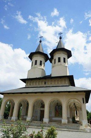 Bellu Cemetery: A nearby church.