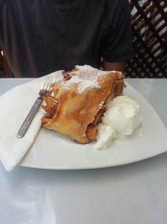 Ralph's German Bakery: Apple strudel (with ice cream)