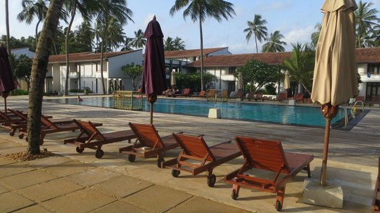 AVANI Kalutara Resort: Pool with hotel behind it