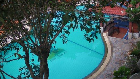 Sea Breeze Resort: HUGE pool - very clean