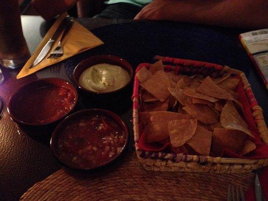 Frida: nachos mit 3 verschiedenen saucen