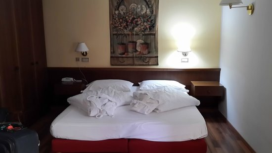 Hotel Residence Baita Clementi: Room suite with bathrobes waiting on the bed