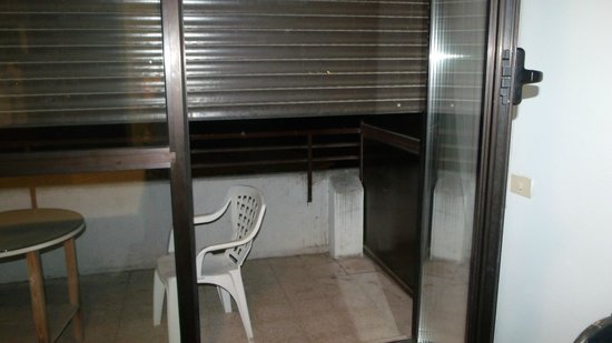 Arcadia Hotel: Broken shutter from inside room