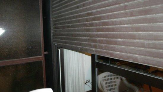 Arcadia Hotel: Broken shutter from outside room