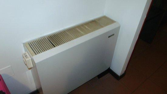 Arcadia Hotel: Broken dirty , heater/air conditioner