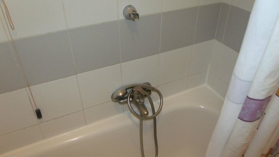 Arcadia Hotel: Dirty shower with a very low fitting ???