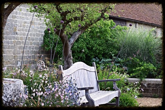 Woolbeding Gardens: Lots of seats to relax