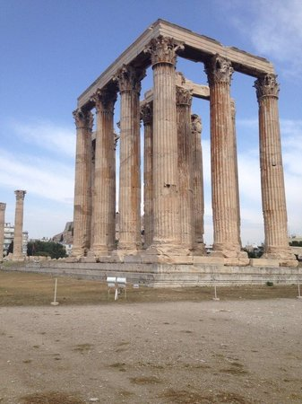 Athens Walking Tours : Visiting the Zeus temple ruins.