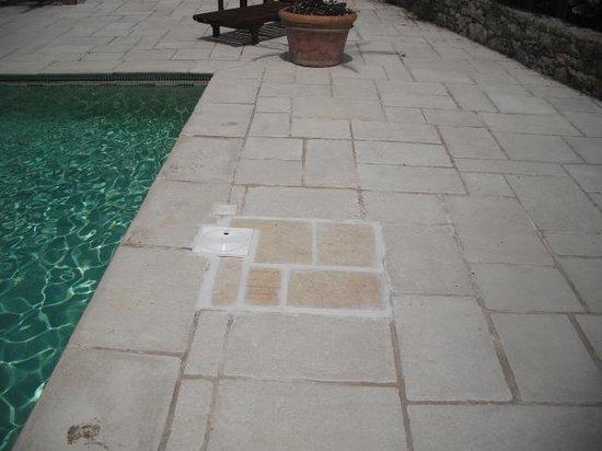 Bastide Saint Mathieu: Tiling poor, slabs loose and mortar missing