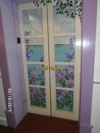 Lilac Tree Suites & Spa: Elevator Door