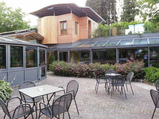 Sporthotel Rosatti: vista sui vetri della piscina e parte del ristorante
