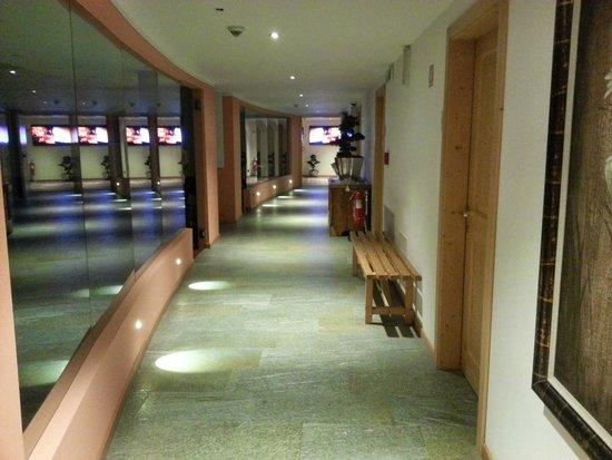 Sporthotel Rosatti: Corridoio che dalla piscina porta alla reception