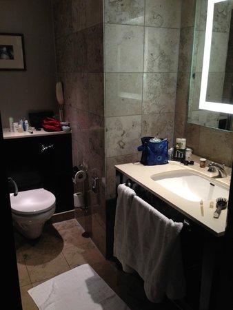 Crowne Plaza London - The City: Spacious bathroom