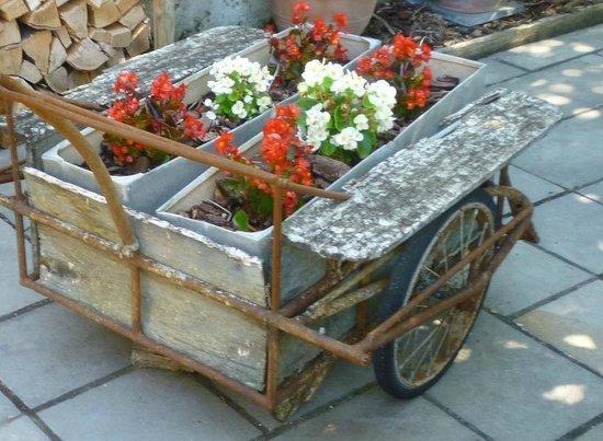 La Villa De Mazamet : Charette au fleurs