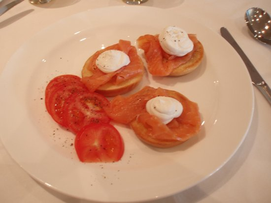 The Lowry Hotel: Toasted bagels, smoked salmon, cream cheese and tomatoes.