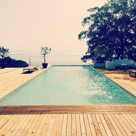 Mon Repos Luxury Suites: Infinity pool