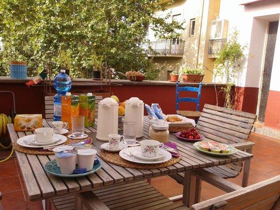 Bed and Breakfast Via dei Mille: Colazione in terrazza