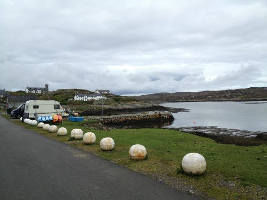 Isle of Coll Hotel: View from end of village back towards hotel