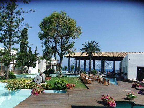 Sunprime Miramare Beach: Utsikt mot restaurant området
