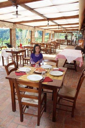 Agriturismo Montalbino: The restaurant veranda where we ate breakfast and dinner - gorgeous!