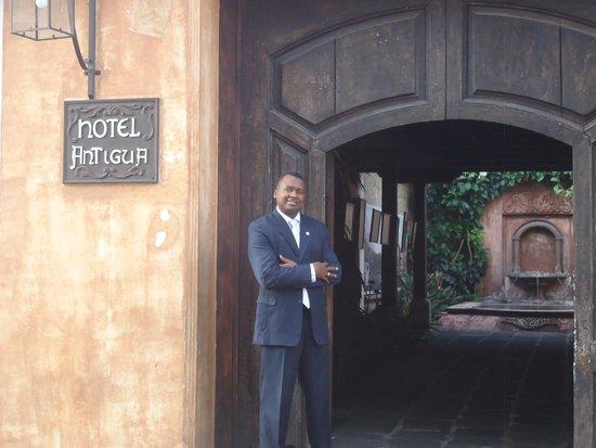 Porta Hotel Antigua: Frente al Hotel