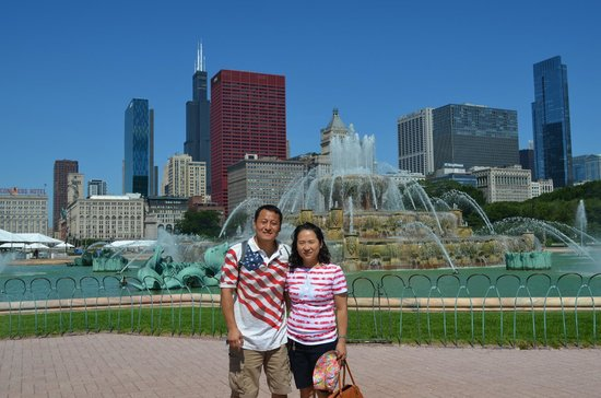 Buckingham fountain with Sears tower back ground
