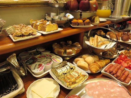 Hotel Golden: Breakfast!