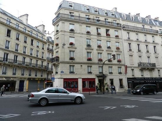 Hotel Elysa Luxembourg : a entrada do hotel com flores nas janelas