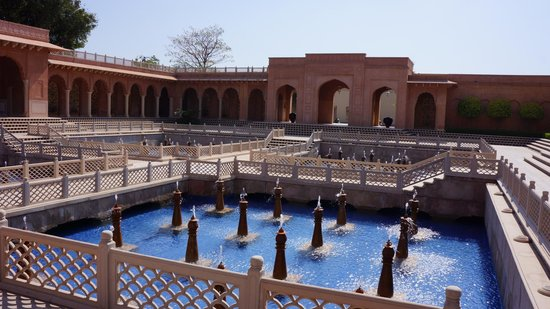 The Oberoi Amarvilas: Fountains at hotel