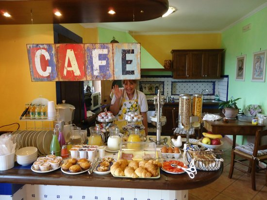 Villa Monica B&B: Sonya at the breakfast buffet