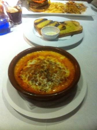 Restaurante La Martina Grill: lasagne & garlic bread