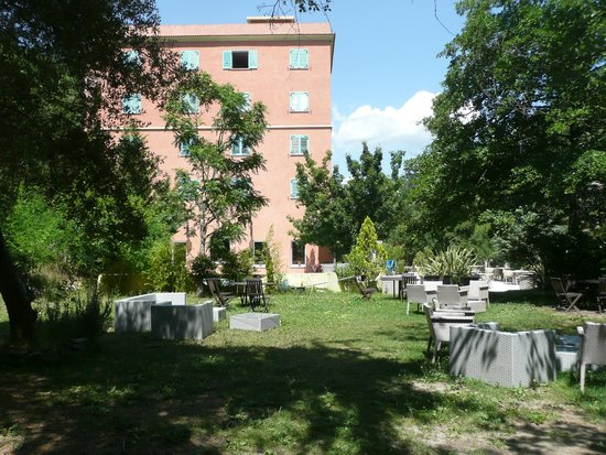 Les Jardins De La Glaciere: Le site hôtelier vu du jardin