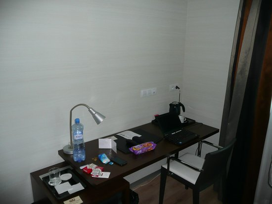 LOFT Hotel Bratislava: Room office corner