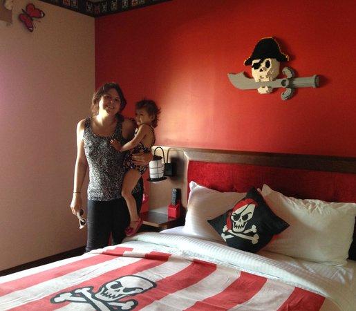 LEGOLAND California Hotel: Colorful walls & Pirate decor