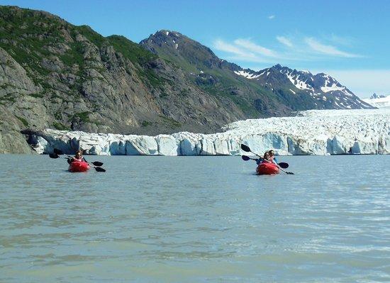 Hideaway Cove Wilderness Lodge: Glacier lake kayaking