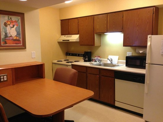 Hawthorn Suites by Wyndham Fort Wayne: Kitchen area of a single story suite