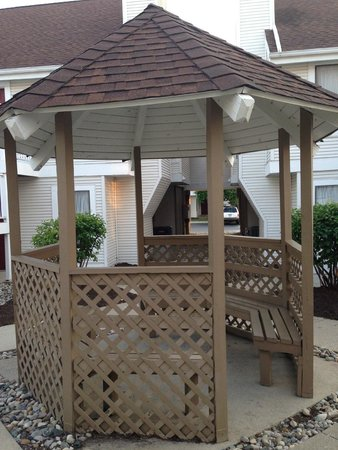 Hawthorn Suites by Wyndham Fort Wayne: Gazebo in courtyard area