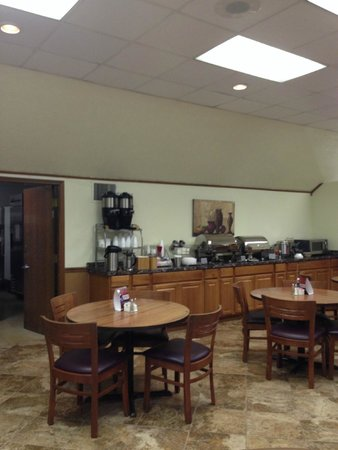 Hawthorn Suites by Wyndham Fort Wayne: Breakfast area, six 4-top tables total in area