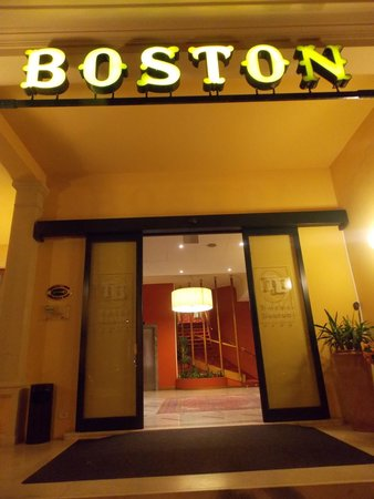 Hotel Boston: Boston Hotel entrance by night