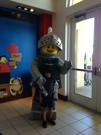 LEGOLAND California Hotel: Lego character for photos at front door