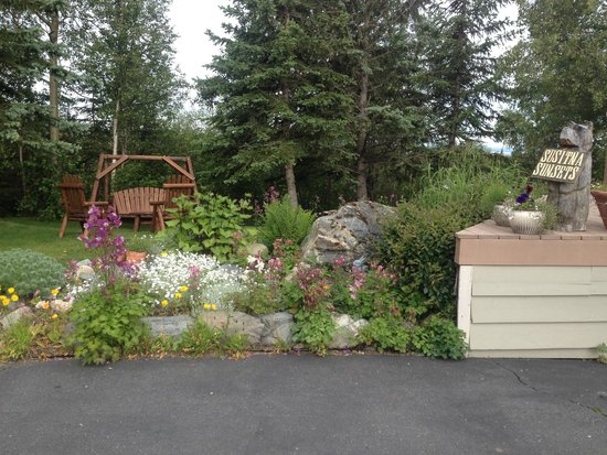 Susitna Sunsets Bed And Breakfast: Welcoming Garden at Susitna Sunsets B&B