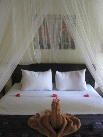 Tirta Sari Bungalows: comfortable bed.