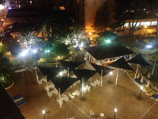 Invisa Hotel Ereso : pool view at night