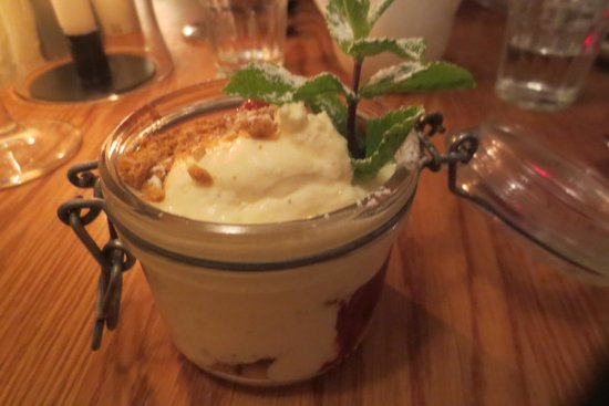Restaurang Kryp In : Compote of rhubarb, blackberries, mascarpone and digestive biscuits