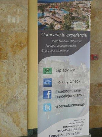 Occidental Jandia Playa : Cartel en recepción animando a compartir experiencia